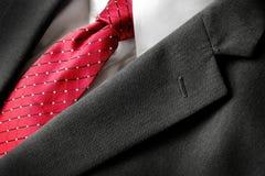 Forma vermelha do vestuário formal do laço da camisa branca do terno de negócio imagem de stock