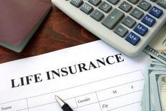 Forma y dólares del seguro de vida imagen de archivo