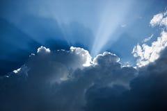 Formación azul marino de la nube con los rayos de sol Imágenes de archivo libres de regalías