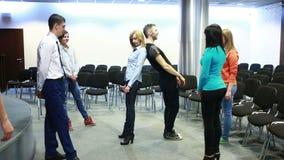 Formación de equipo, discusión de grupo o terapia la gente realiza un ejercicio almacen de metraje de vídeo