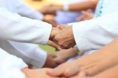 Formación de equipo en el negocio para la unidad y el apoyo total de la cooperación con la diversidad del personal para compartir imágenes de archivo libres de regalías