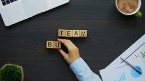 Formación de equipo, mujer de negocios que hace la frase de cubos, actividades colectivas almacen de metraje de vídeo