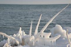 Formación de hielo de la línea de la playa después de la tormenta Imagenes de archivo
