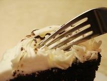 Formación de hielo y fork blancas de la torta de chocolate de Pict 5010 Imágenes de archivo libres de regalías