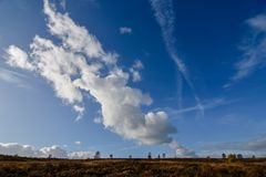 Formación de la nube del otoño contra el cielo azul sobre la caza de Cannock Fotos de archivo libres de regalías