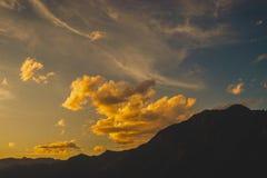 Formación de la nube durante una puesta del sol fotografía de archivo