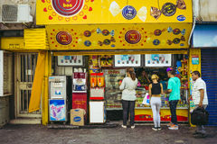 Formación de los clientes en una tienda de chucherías en la Argentina Imagen de archivo