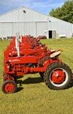 Formación de los tractores de Farmall en la reunión de trilla Foto de archivo