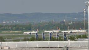 Formación de Lufthansa en el aeropuerto de Munich metrajes