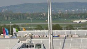 Formación de Lufthansa en el aeropuerto de Munich almacen de video