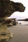 Formación de roca abandonada de la playa Foto de archivo libre de regalías