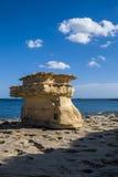 Formación de roca asombrosa en la playa imagen de archivo libre de regalías