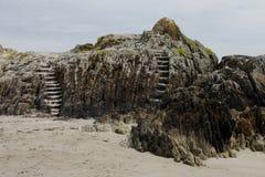 Formación de roca con los pasos de piedra Foto de archivo libre de regalías