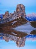 Formación de roca de Cinque Torri debajo del sol de la tarde, montañas de la dolomía Foto de archivo libre de regalías