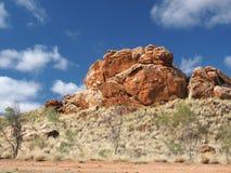 Formación de roca de color rojo oscuro del interior debajo del cielo azul Fotos de archivo