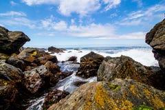 Formación de roca de la playa del día soleado fotos de archivo libres de regalías