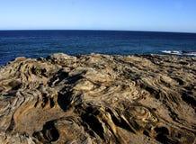 Formación de roca delante del océano Imagenes de archivo