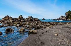 Formación de roca en el agua Foto de archivo
