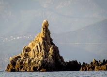 Formación de roca en el mar imagenes de archivo