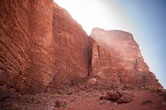 Formación de roca en el ron del lecho de un río seco, Jordania Foto de archivo