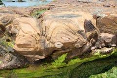 Formación de roca en la playa Imagen de archivo libre de regalías