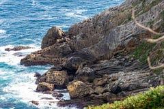 Formación de roca Holey en la costa imagenes de archivo