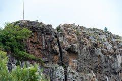 Formación de roca Holey en la costa fotos de archivo