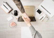 Formación del contrato en oficina foto de archivo