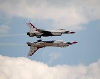 Formación del U.S.A.F. Thunderbird de dos aviones Foto de archivo