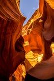 Formación geológica del barranco más bajo del antílope, Arizona, los E.E.U.U. Laberinto de piedra estrecho y cielo azul Fotografía de archivo libre de regalías