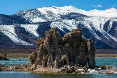 Formación grande de la toba volcánica en el mono lago California imagen de archivo