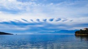 Formación inusual de la nube sobre la bahía del golfo de Corinto, Grecia imagenes de archivo