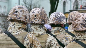 Formación irreconocible de soldados de la parte posterior almacen de metraje de vídeo