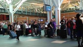 Formación larga de los pasajeros para el contador del incorporar que espera en el aeropuerto de YVR almacen de metraje de vídeo