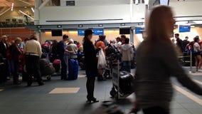 Formación larga de Passangers para el contador del incorporar que espera en el aeropuerto de YVR almacen de video