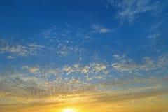 Formación natural de las nubes en un cielo azul por la tarde con amarillo fotos de archivo