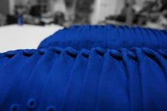 Formación perfecta de gorras de béisbol azules Imagen de archivo libre de regalías
