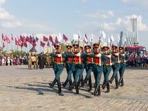 Formación que marcha militar en Victory Park Imagen de archivo