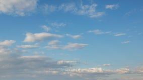 Formación y movimiento rápido de las nubes blancas de diversas formas en el cielo azul en última primavera en la puesta del sol metrajes