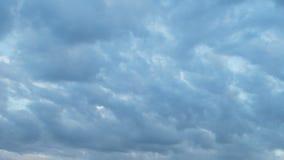 Formación y movimiento rápido de las nubes blancas de diversas formas en el cielo azul en última primavera en la puesta del sol almacen de video
