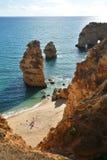 Formación y playa de rocas de Algarve Foto de archivo