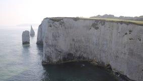 Formaciones BRITÁNICAS meridionales de la tiza de Dorset Inglaterra viejas Harry Rocks de la costa jurásica minúscula de la gente almacen de video