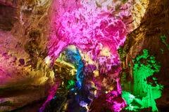 Formaciones de la cueva de Kumistavi con la estalactita destacada Región de Kutaisi, Georgia Fotografía de archivo