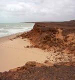 Formaciones de roca antiguas en James Price Point, Broome, Australia occidental del norte en un día de verano nublado Fotografía de archivo