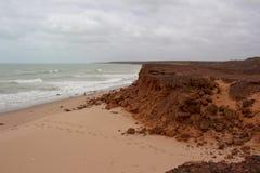 Formaciones de roca antiguas en James Price Point, Broome, Australia occidental del norte en un día de verano nublado Imagenes de archivo