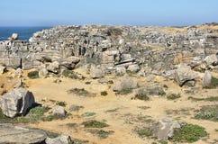Formaciones de roca cerca del mar Foto de archivo libre de regalías