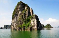 Formaciones de roca de la piedra caliza de bahía de Halong, Vietnam Fotos de archivo libres de regalías