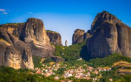 Formaciones de roca dramáticas en Meteora, Kastraki, Grecia fotos de archivo libres de regalías