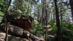 Formaciones de roca en ciudad rocosa en montañas Imagenes de archivo