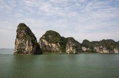 Formaciones de roca en la bahía de Halong Fotos de archivo libres de regalías